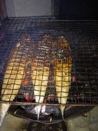 Grilled fish on a charcoal stove / du poisson braise sur un rechaud a charbon