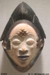 Diamants et motifs rectangulaires sur le front et les tempes sur un masque Tikar du Cameroun (exposé au MET)