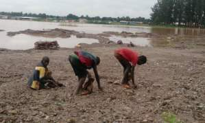 DRC_Children digging for Co near Lake Malo